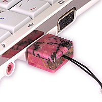 USB флешка из камня родонит: в ноутбуке