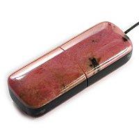 USB накопитель из родонита с черной сердцевиной: общий вид